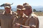 Шойгу осмотрел самолеты и столовую для военных на авиабазе Хмеймим в Сирии