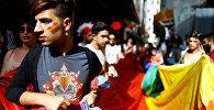 Участники запрещенного гей-парада на площади Таксим в Стамбуле.