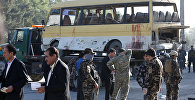 Сотрудники полиции на месте взрыва автобуса в столице Афганистана в Кабуле.