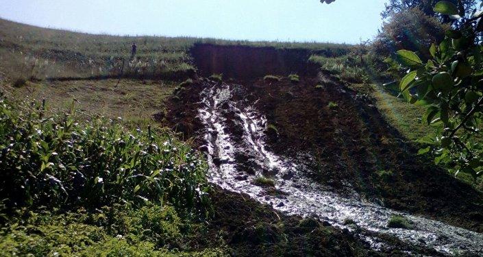 Происшествие случилось в воскресенье ночью в селе Эчкили-Сай. Оползень, длина которого составила 200 метров, а ширина 20 метров, накрыл сарай и двор одного из домов.