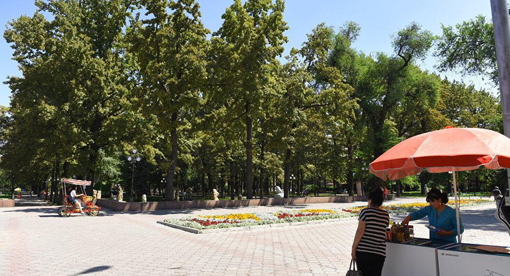 Горожане на одном из аллей Бишкека. Архивное фото