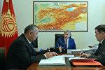 Президент Кыргызской Республики Алмазбек Атамбаев принял министра чрезвычайных ситуаций Кубатбека Боронова и министра транспорта и коммуникаций Замирбека Айдарова.