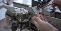 Патологоанатом готовит для анализа частицы ткани. Архивное фото
