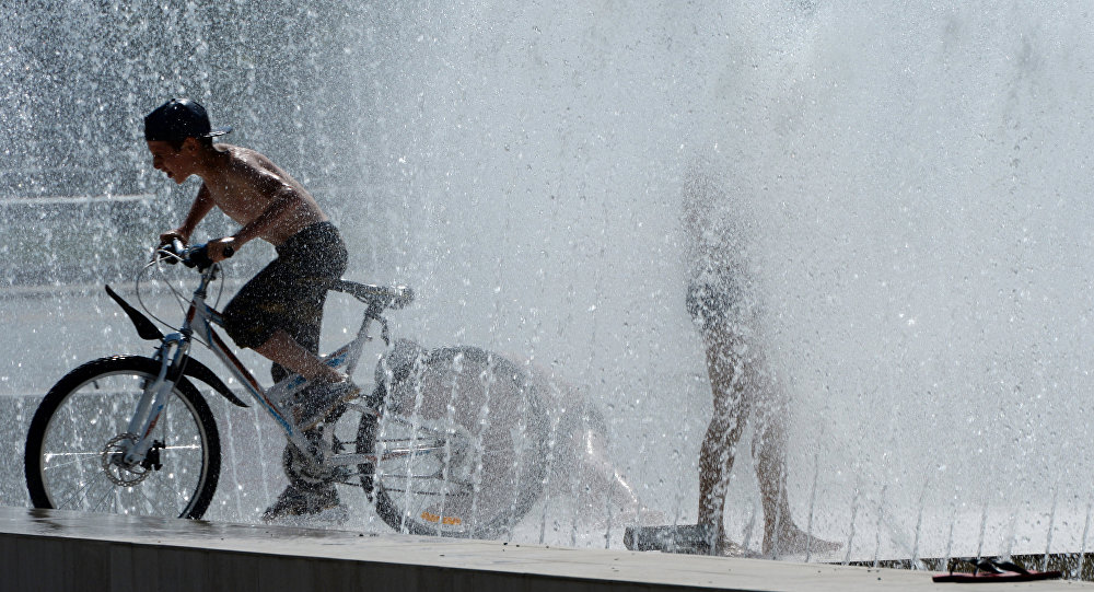 Дети обливаются в городском фонтане. Архивное фото
