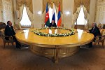 Президент России Владимир Путин (в центре), президент Азербайджана Ильхам Алиев (слева) и президент Армении Серж Саргсян во время встречи в Санкт-Петербурге.