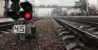 Светофор у железнодорожного полотна. Архивное фото