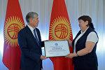 Президент Алмазбек Атамбаев Улуттук онкология борборунун балдар бөлүмүнүн башчысы Гүлнара Жунушалиеваны кабыл алды.
