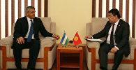 Кыргызстандын Тышкы иштер министрлиги Өзбекстандын элчиси Камил Рошидов жана тышкы иштер министрлигинин статс-катчысы Данияр Сыдыков.