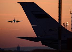 Самолет заходит на посадку в аэропорт. Архивное фото