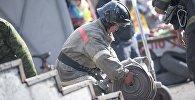 Сотрудник МЧС Кыргызстана с пожарным шлангом. Архивное фото