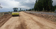 Дорожный каток на автодороге Балыкчи — Корумду во время реконструкции. Архивное фото