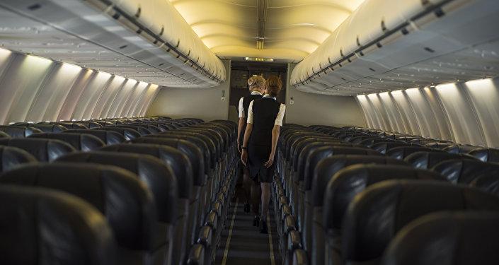Стюардессы на самолете. Архивное фото