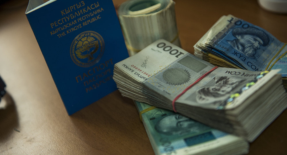 Паспорт гражданина Кыргызстана и пачка денег. Архивное фото