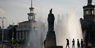 Молодежь у фонтанов возле филармонии. Архивное фото