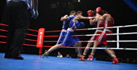 Боксеры на ринге во время боя. Архивное фото