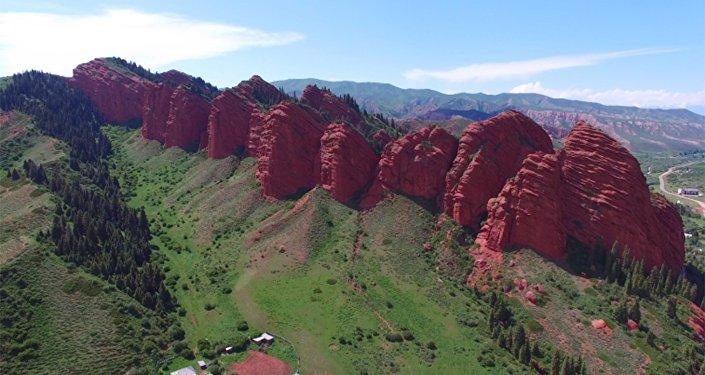 Уникальный Кыргызстан: пролетая над ущельем Джеты-Огуз