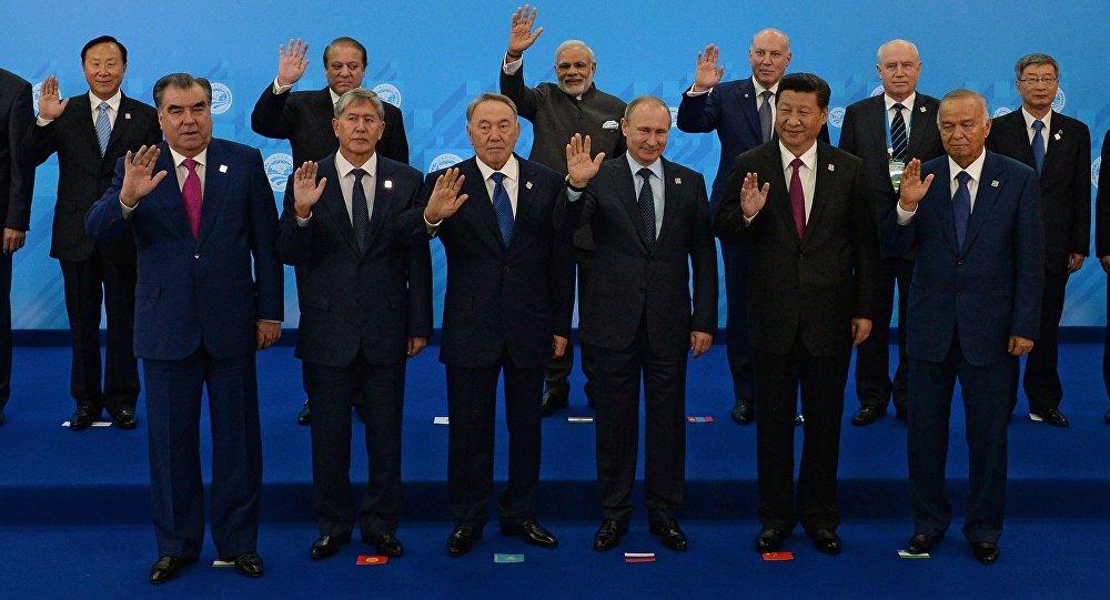 Совместное фотографирование глав государств-членов ШОС, глав государств и правительств стран-наблюдателей в ШОС и глав делегаций международных организаций. Архивное фото
