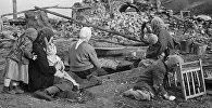 Семья у разрушенного дома во время Великой Отечественной войны. Украина. Архивное фото