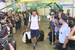 Вернувшиеся с Евро-2016 футболисты молча прошли перед журналистами в аэропорту