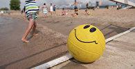 Ребенок на пляже. Архивное фото