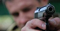 Мужчина держит пистолет. Архивное фото
