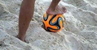 Мужчина с мячом на пляже. Архивное фото