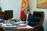Кыргызстандын президенти Алмазбек Атамбаев иш кабинетинде. Архив