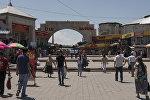 Горожане у главного входа в Ошский рынок. Архивное фото