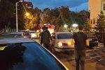 Люди на месте пожара пентхауса 12-этажного элитного дома на пересечении улиц Панфилова и Фрунзе