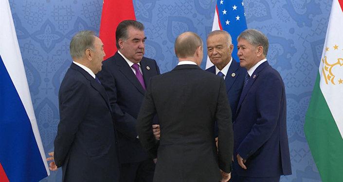 Рукопожатия с коллегами и объятия с Путиным — Атамбаев на саммите ШОС