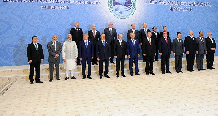 Церемония фотографирования глав государств-членов Шанхайской организации сотрудничества, глав государств и правительств стран-наблюдателей в ШОС и глав делегаций международных организаций, приуроченной к 15-летию создания ШОС.