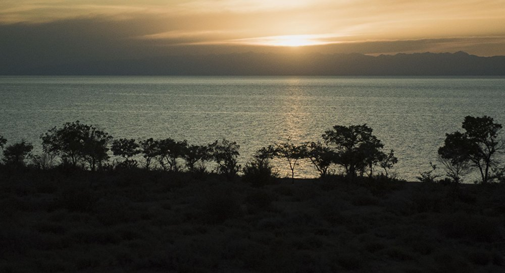 Берег озера Иссык-Куль закатом. Архивное фото