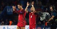 Игроки сборной Португалии Криштиану Роналду (слева) и Жоау Моутинью. Архивное фото