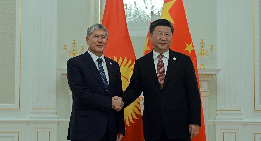 Председатель Китая Си Цзиньпин на встрече с президентом Алмазбеком Атамбаевым в Ташкенте
