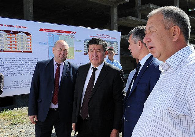 Премьер-министр Сооронбай Жээнбеков во время ознакомления с ходом ликвидации последствий стихийного бедствия в г.Кадамжай