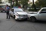 Бишкекте кагышкан кайгуул милициясынын унаасы жана Жигули