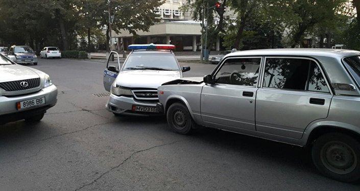 Милиция кызматкерлеринин айтымында, алар Орозбеков көчөсү менен бара жатып, светофордун жашыл жарыгы күйгөндө Фрунзе көчөсүнө бурулушкан