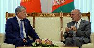 Президент Алмазбек Атамбаев во время всречи с с лидером Афганистана Ашрафом Гани