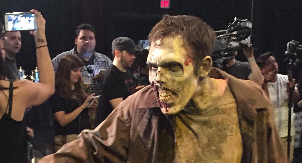Мужчина в макияже зомби на фестивале. Архивное
