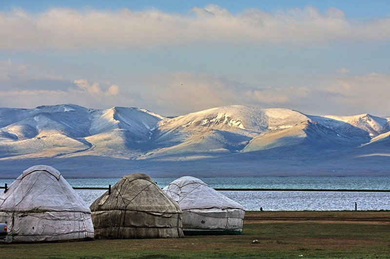 Крупное высокогорное озеро Сон-Куль зажато в котловине между внутренними отрогами Тянь-Шаня. Расположено оно между грядами Сонкольтау и Молдотау на высоте 3016 метров над уровнем моря в северо-западной части Нарынской области