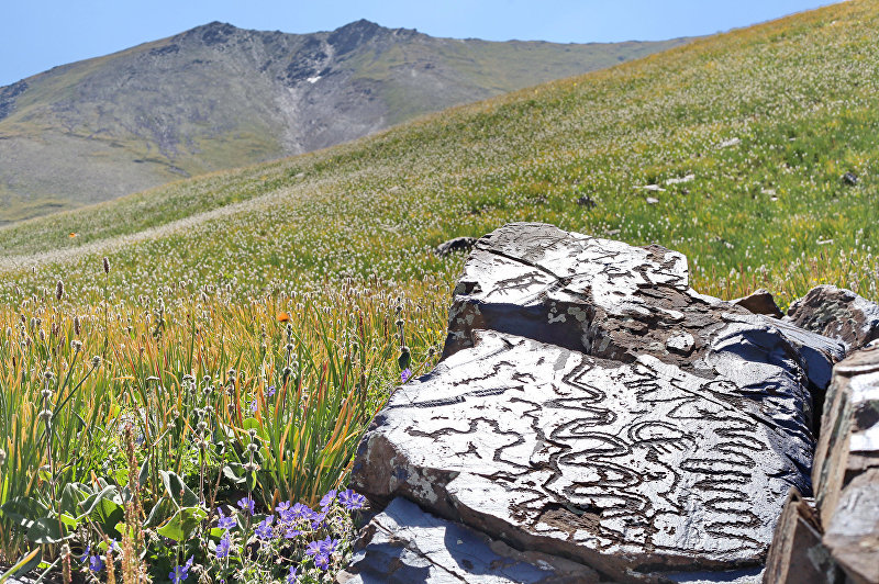 Наскальные рисунки урочища Саймалуу-Таш расположены высоко в горах Ферганского хребта на высоте 3000-3200 м над уровнем моря