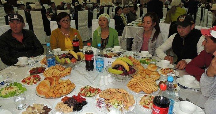 Более 200 человек были приглашены полпредом правительства в Иссык-Кульской области Аскатом Акибаевым.