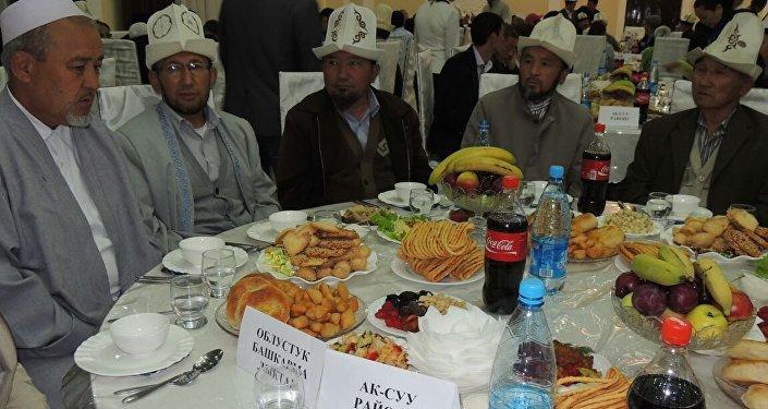 От имени главы Кыргызстана Алмазбека Атамбаева в священный месяц Рамазан в Караколе организовали ифтар (разговение)