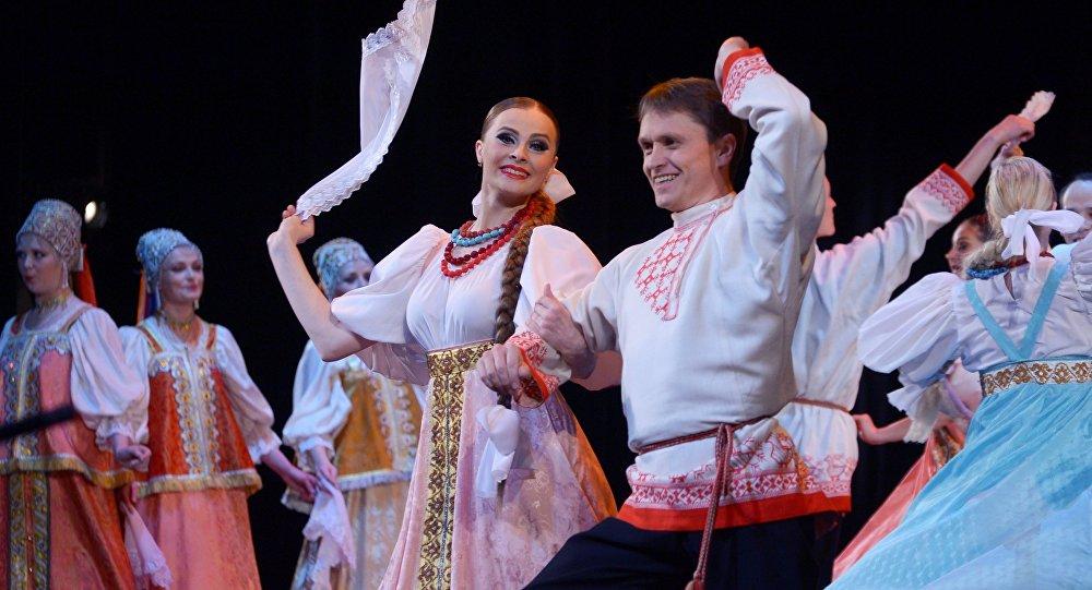 Артисты исполняют русский народный танец. Архивное фото