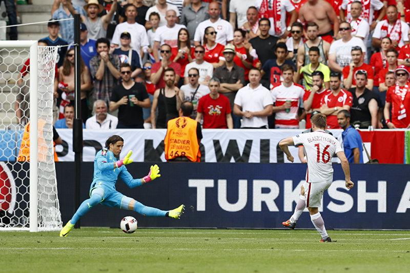 Игрок сборной Польши Якуб Блащиковски забивает гол во время 1/8 финала Чемпионата Европы по футболу между командами Швейцарии и Польши в Сент-Этьене, Франция.