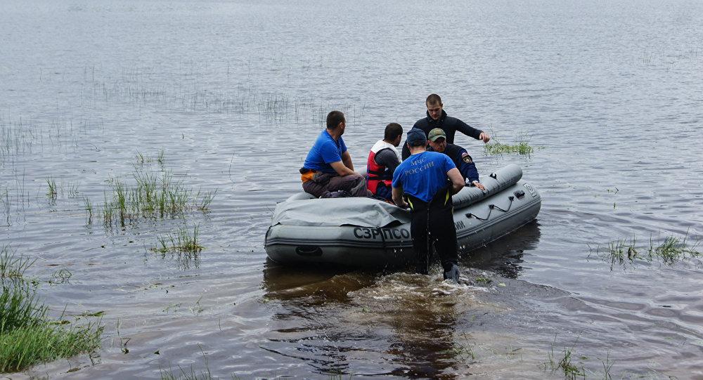 Сотрудники МЧС России во время поисково-спасательных работ на Сямозере в Карелии. Архивное фото