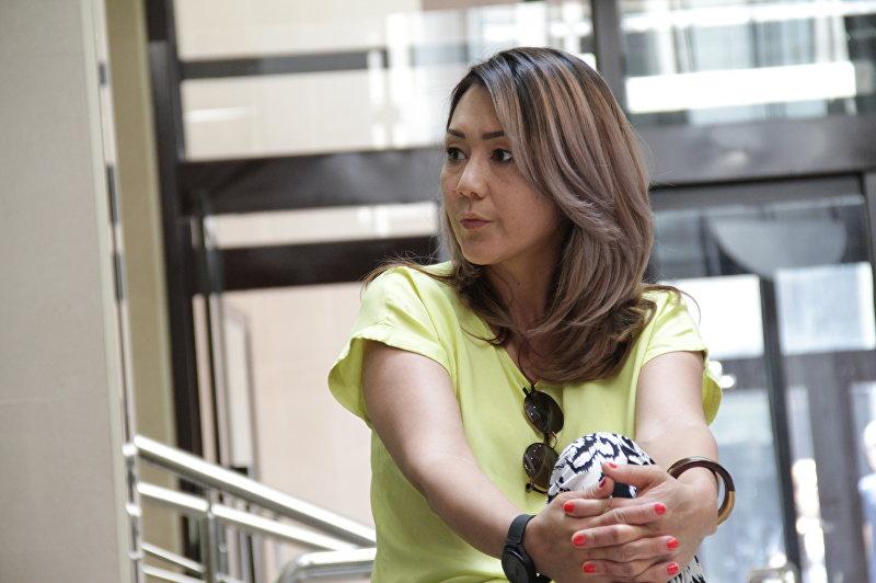 Профессиональная телеведущая Айгуль Курманова во время интервью
