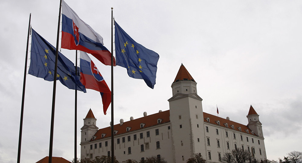 Флаги Словакии и Европейского союза перед зданием парламента в Братиславе, Словакия. Архивное фото