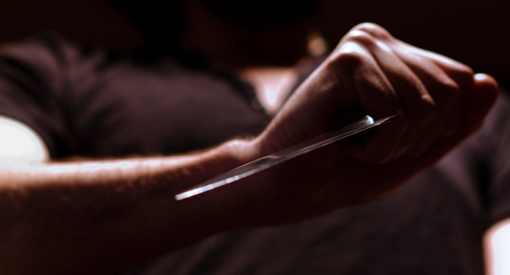 Мужчина с ножом в руках. Архивное фото