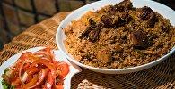 Плов с мясом и салат Шакарап на столе. Архивное фото